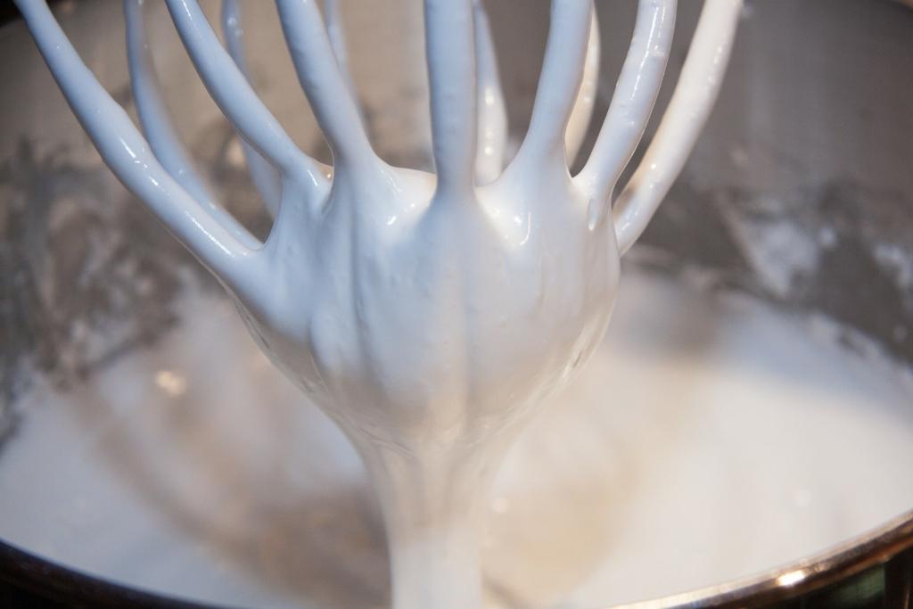 Küchenmaschine bei der Zubereitung von Schlagsahne